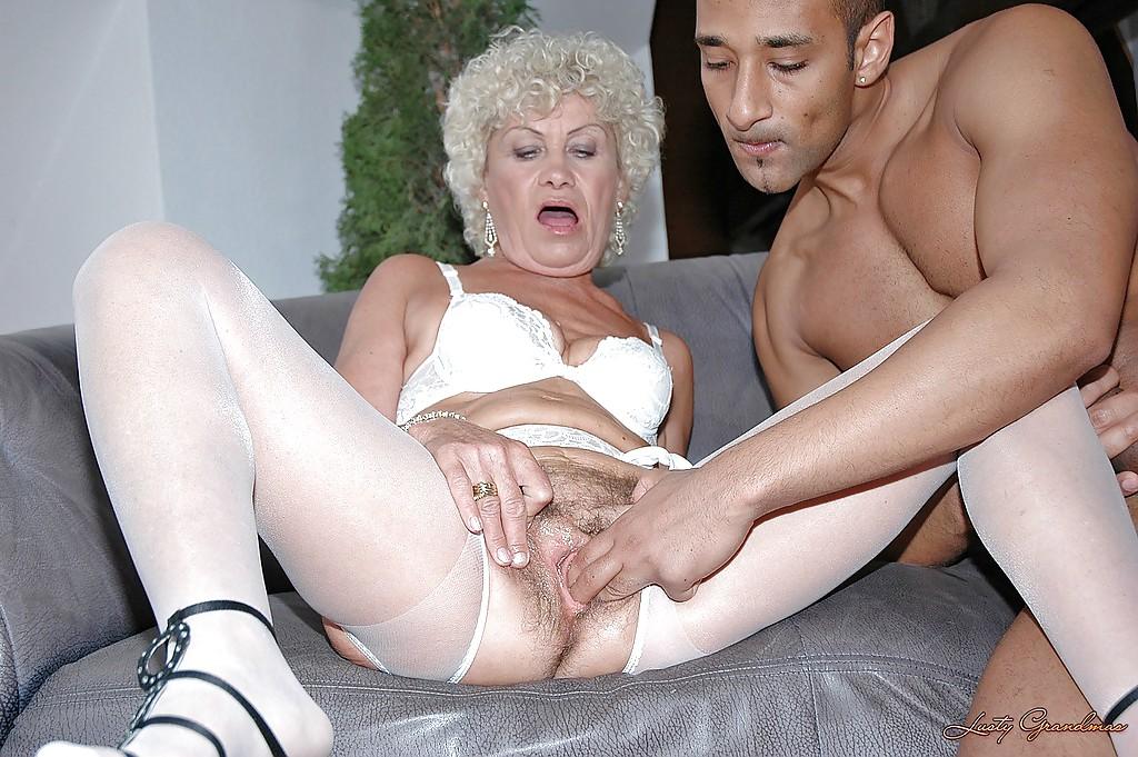Араб трахает кудрявую бабушку в волосатую киску на сером диване