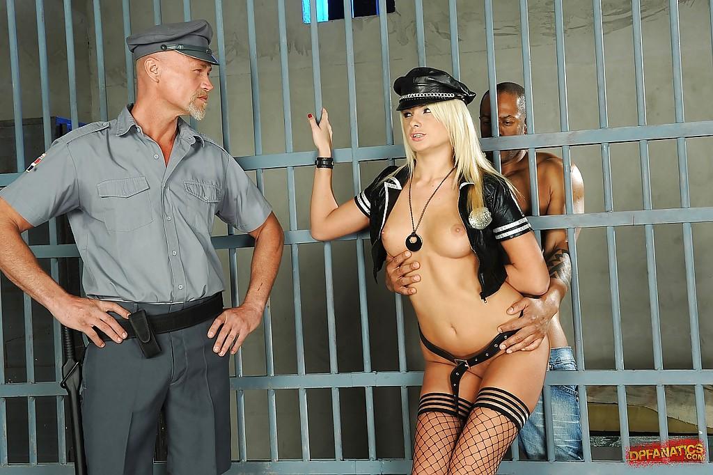 Темнокожий преступник и надзиратель трахаю в два ствола охранницу вблизи от камеры