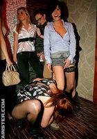 На развратной тусовке пьяные телки трахаются с разными парнями 8 фото