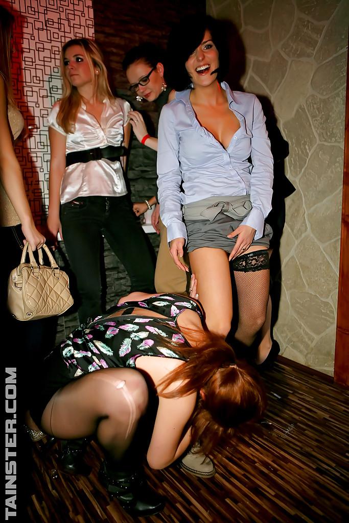 На развратной тусовке пьяные телки трахаются с разными парнями 8 фотография