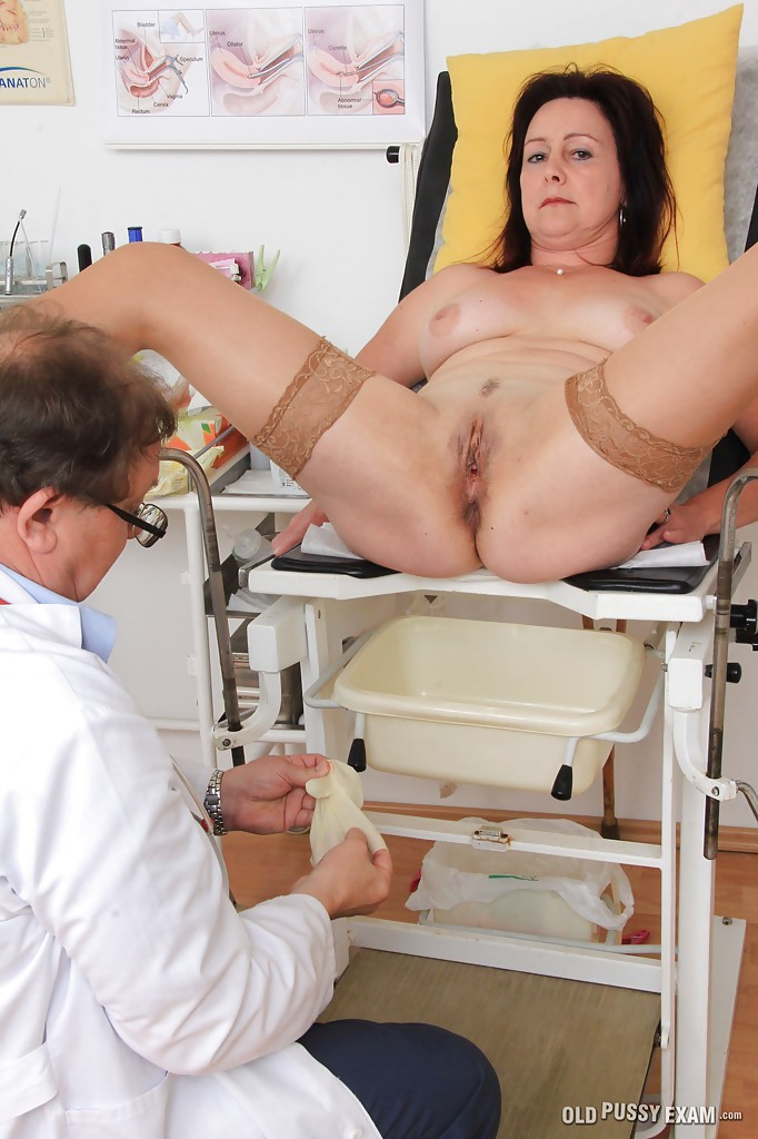 Гинеколог спринцует писю бабки с секс стрижкой пришедшей к нему на прием секс фото