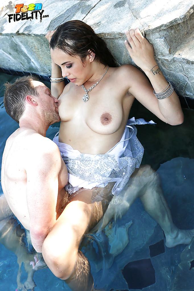 Латинка начала делать минет любовнику купаясь в бассейне