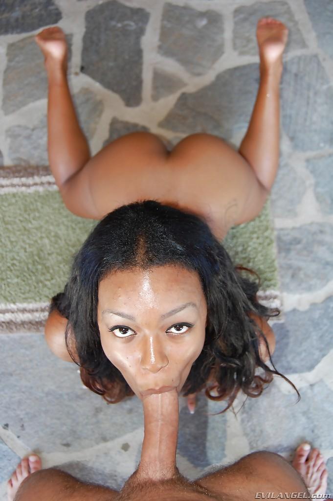 Негритянка с узкой киской впустила в зад болт любовника на черном диване