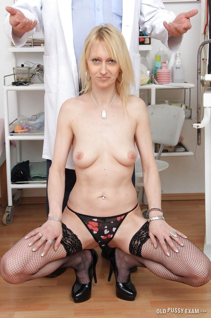 На приеме у врача худая блонда разделась до чулков и трусов