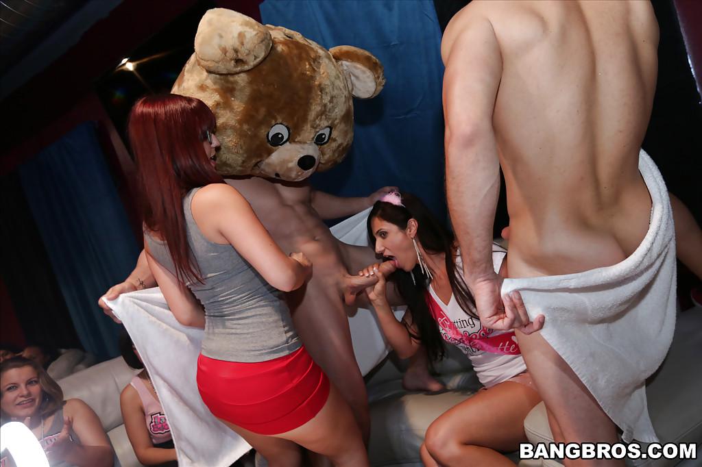 Два парня на вечеринке развлекают девушек своими членами