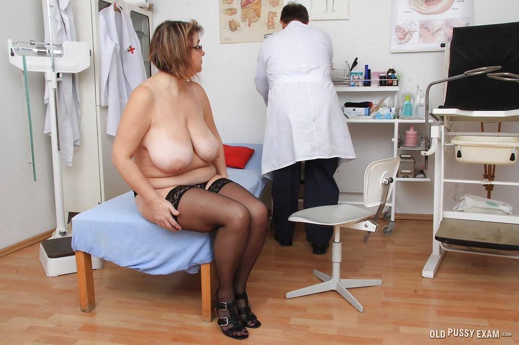 Зрелая жирдяйка в очках пришла к доктору и сфотографировала дойки