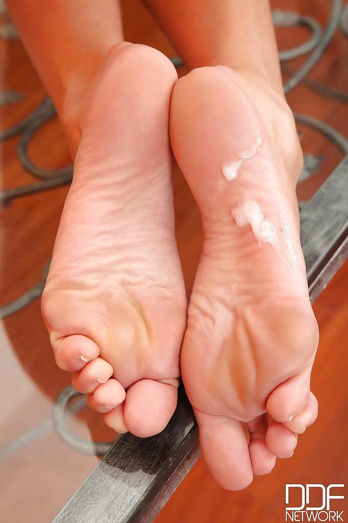 Красотка с прекрасными ножками развлекается с пенисом бойфренда в домашних условиях