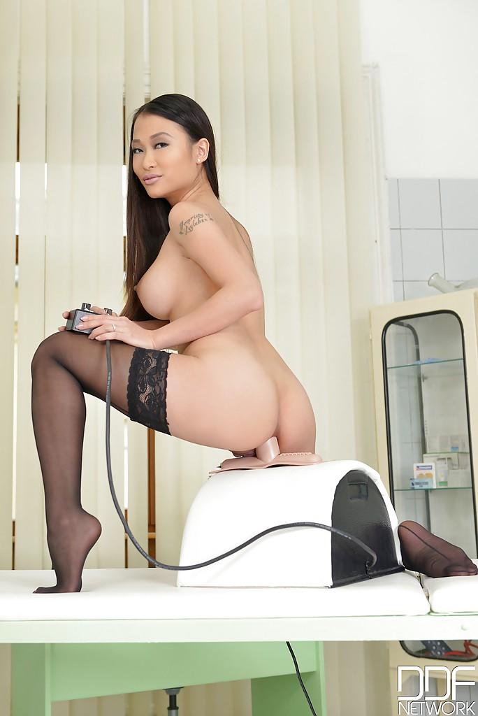 Узкоглазая медсестра в кабинете трахает анал секс игрушкой