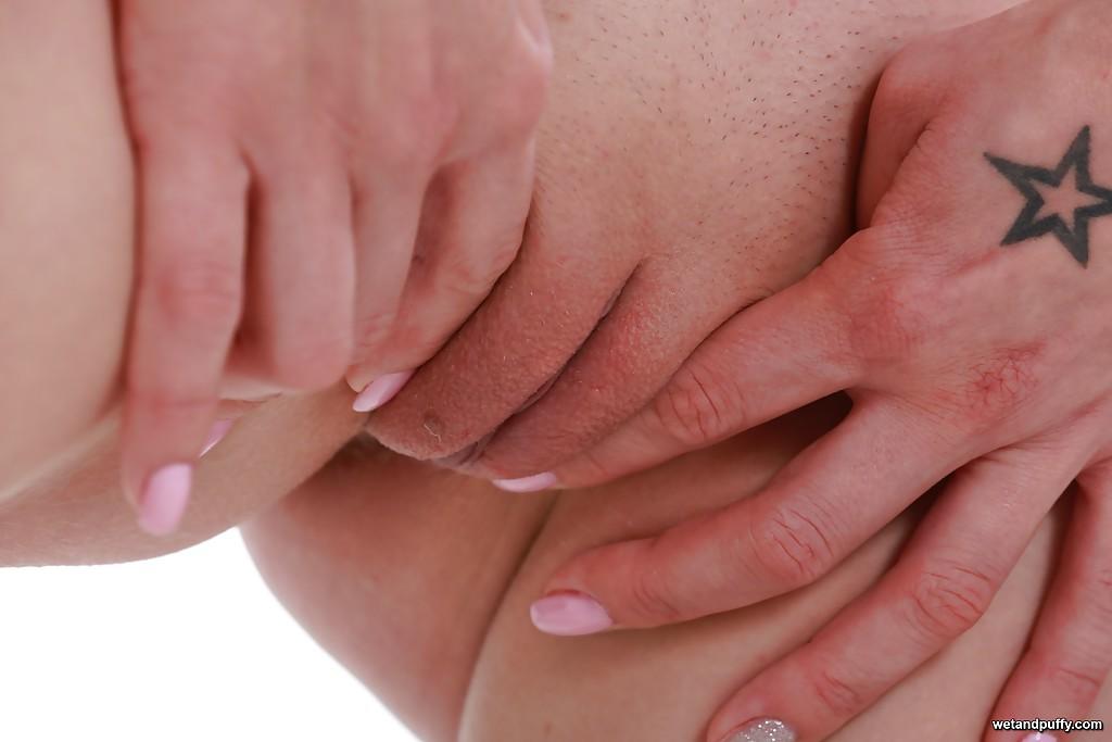 Татуированная зазноба мастурбирует вагину самотыком сидя в кресле секс фото
