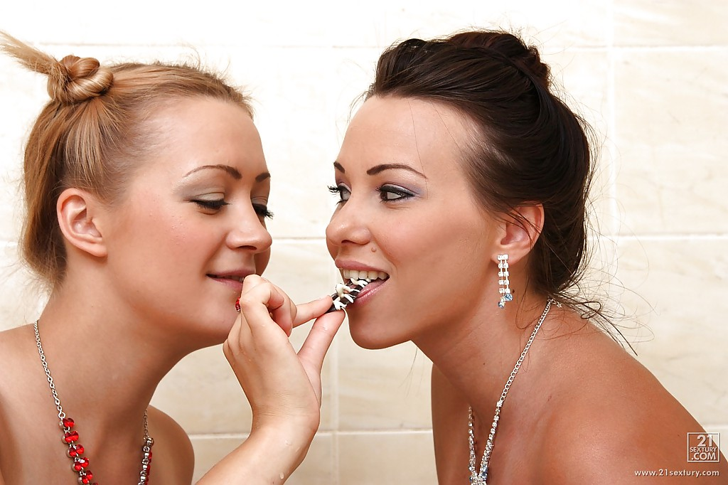 В ванной две голые лесбиянки трахают свои анал и киску секс игрушками
