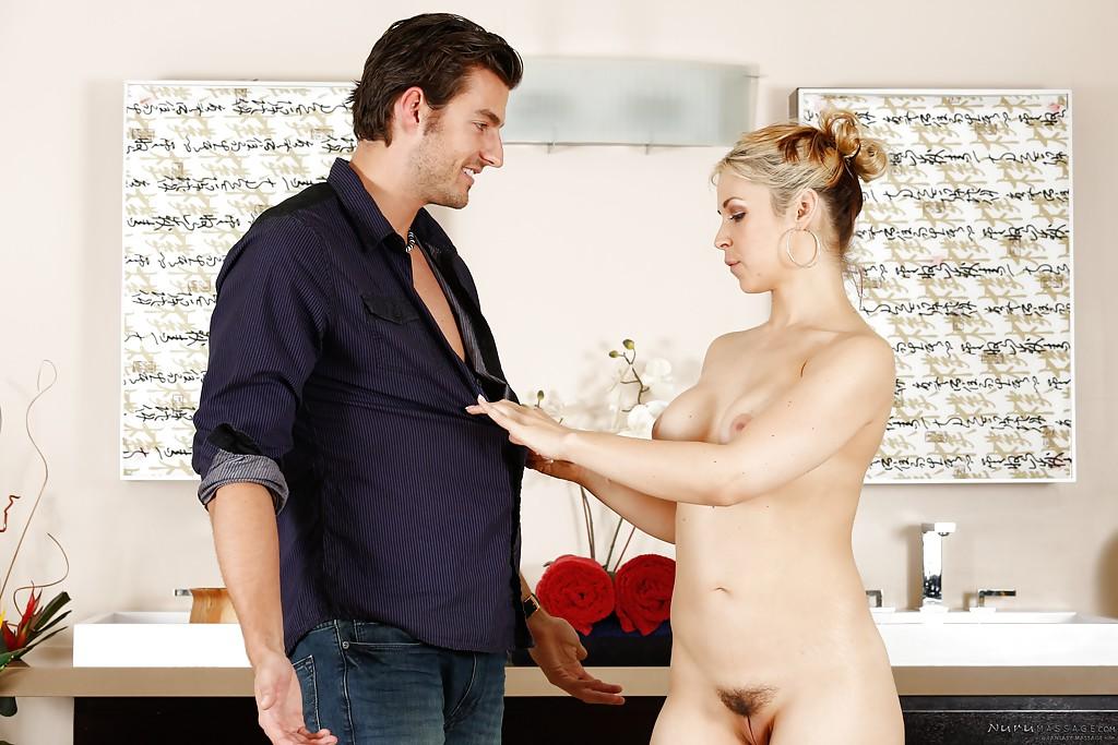 искусственной грудью секс картинки