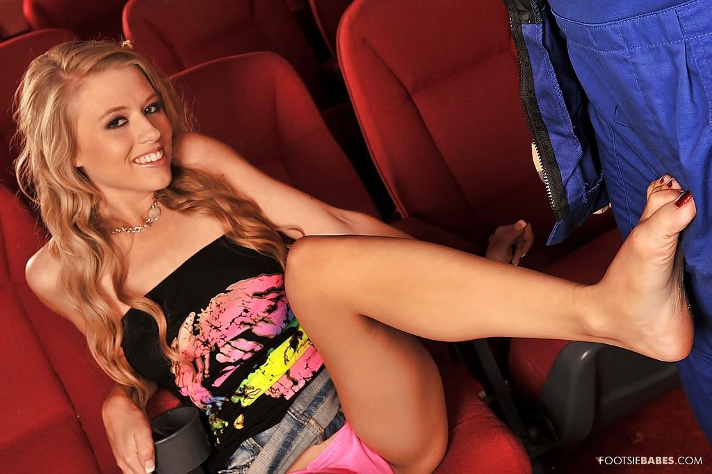В зале кинотеатра строитель шпилит красавицу с длинными волосами