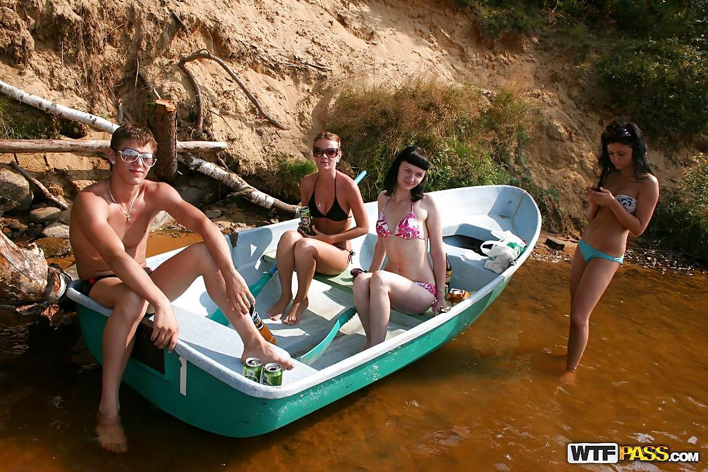 Мулат с товарищем ебут обнаженную молодуху с роскошными дойками в лодке