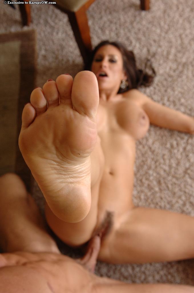 На полу дома ухажер порет в пушистую вагину сисястую домработницу секс фото