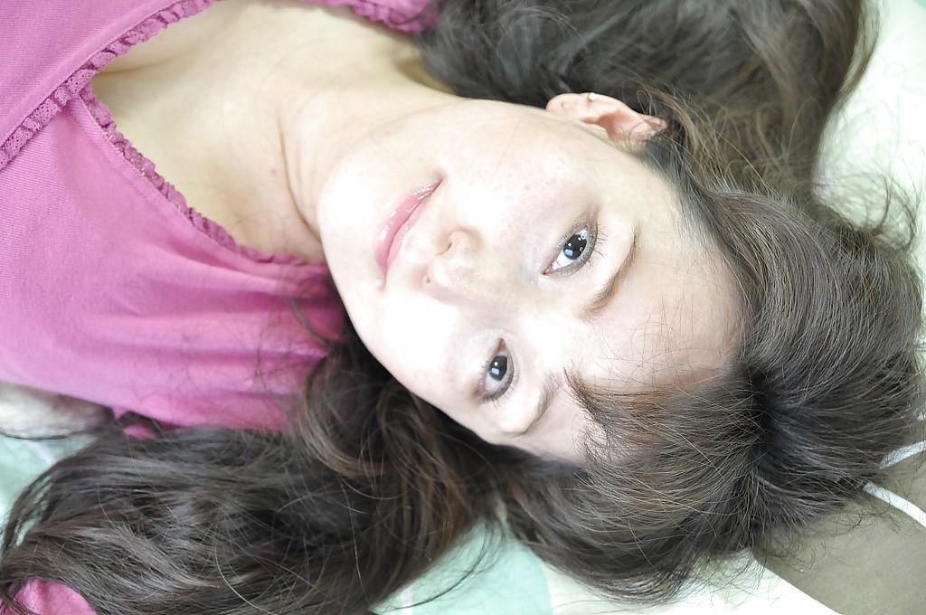 Взрослая азиатская женщина с гигантскими грудями дрочит письку дилдо на полу своей квартиры