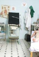 Гинеколог засунул в вагину взрослой пациентки сидящей в кресле секс игрушку 4 фотография