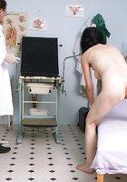 Гинеколог засунул в вагину взрослой пациентки сидящей в кресле секс игрушку 8 фотография