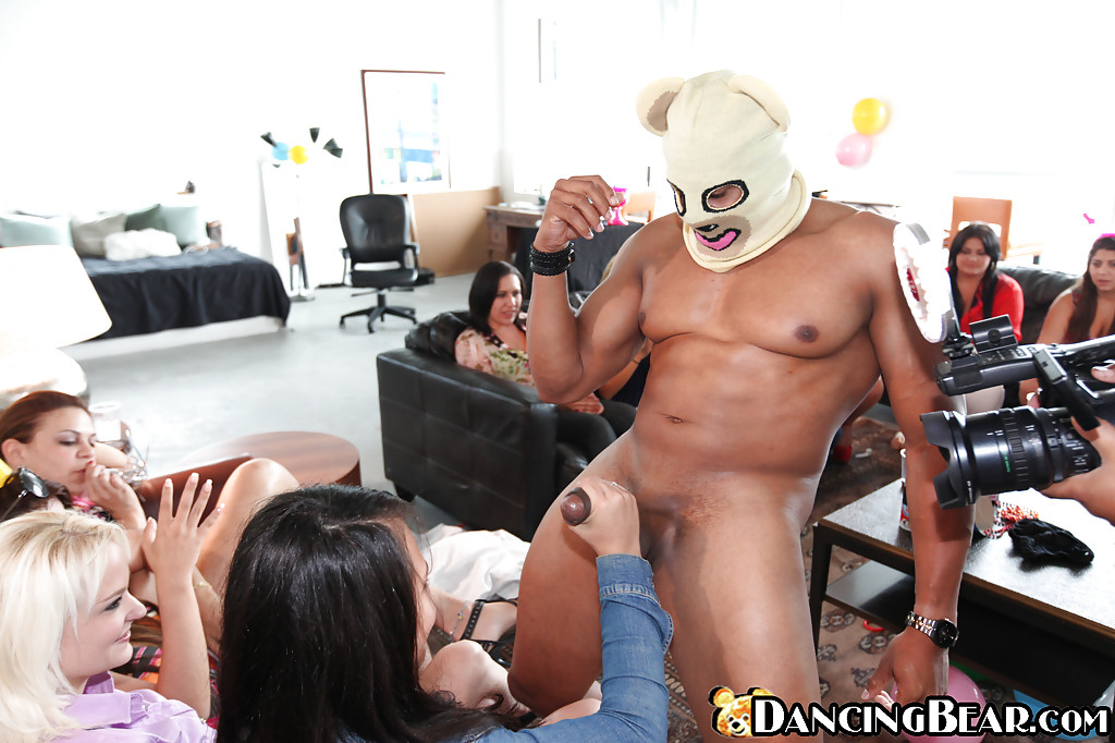 Мулат в маске дает участницам девичника поиграть со своим членом