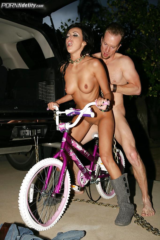 Деваха с тату на всю спину в багажнике джипа занимается сексом с ловеласом