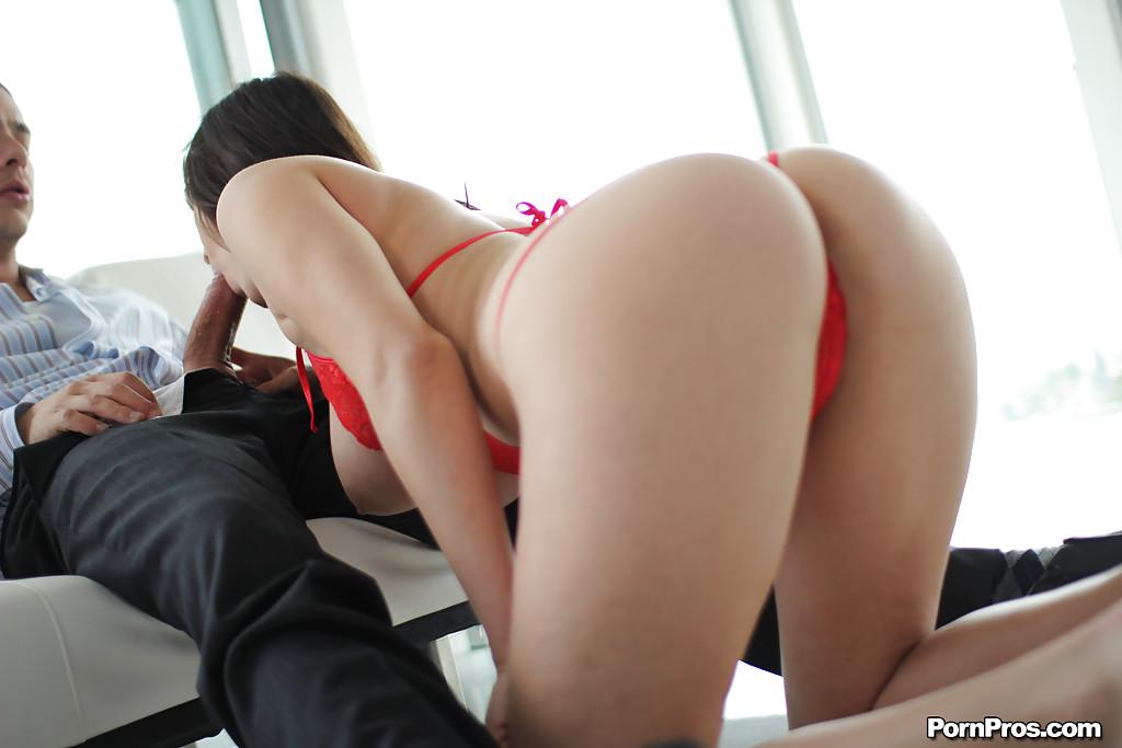 Баба с гигантскими буферами занимается с партнером вагинальным интимом у него в своей квартире