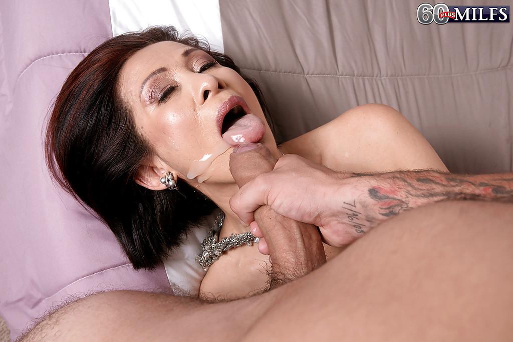 Зрелая азиатская женщина с силиконовыми буферами занимается сексом в попу в спальне