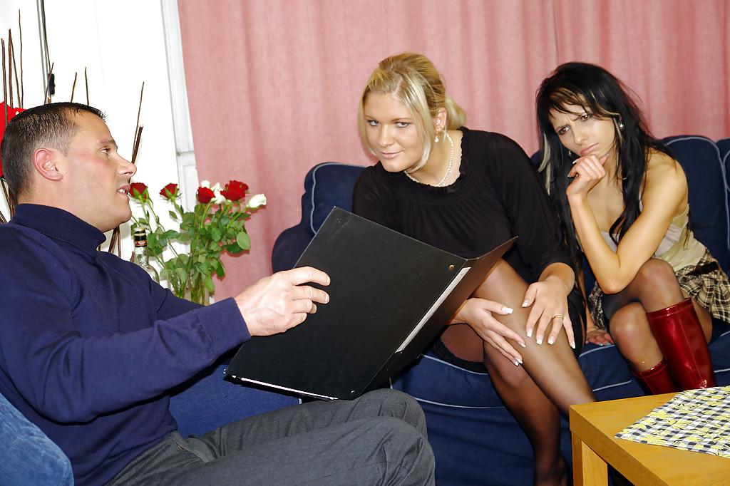 На светло-синем диванчике Две модели в черных чулках грешат с ловеласом смотреть эротику