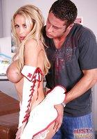 Сисястая медсестра в красных сапогах отсасывает чуваку в кабинете 4 фотография