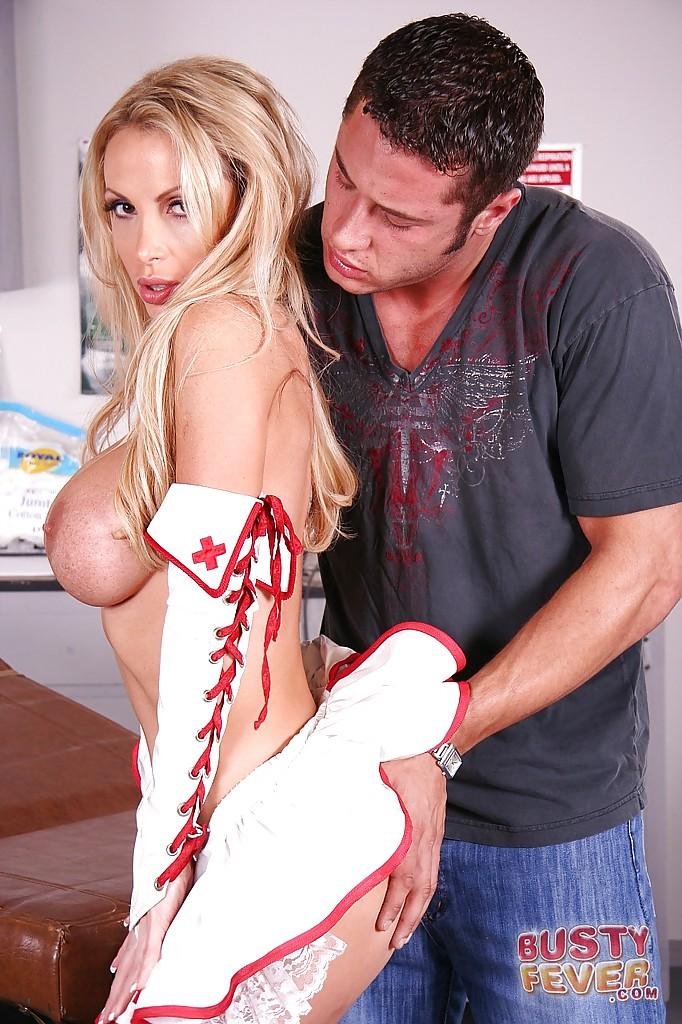 Сисястая медсестра в красных сапогах отсасывает чуваку в кабинете