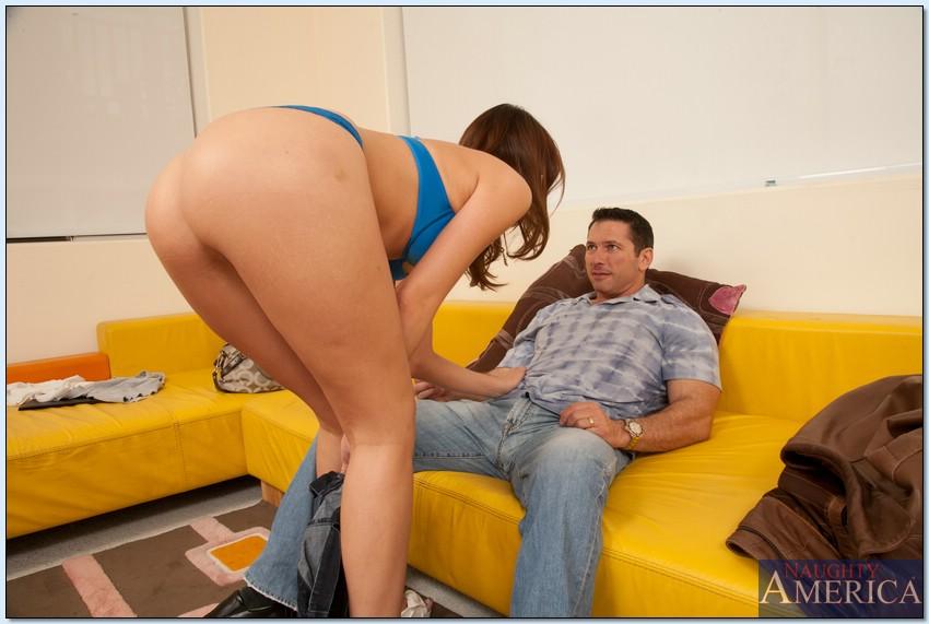 Шалава с классными титьками трахается на желтом диване смотреть эротику
