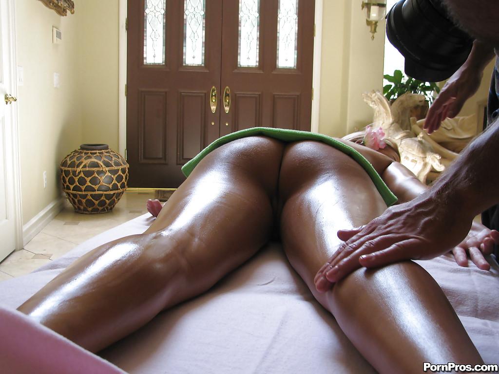 Загорелая блонда отсасывает мастеру на сеансе массажа