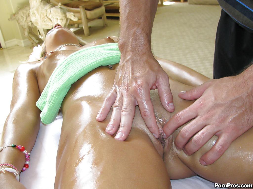 Загоревшая блондинка берет в рот мастеру на сеансе массажа