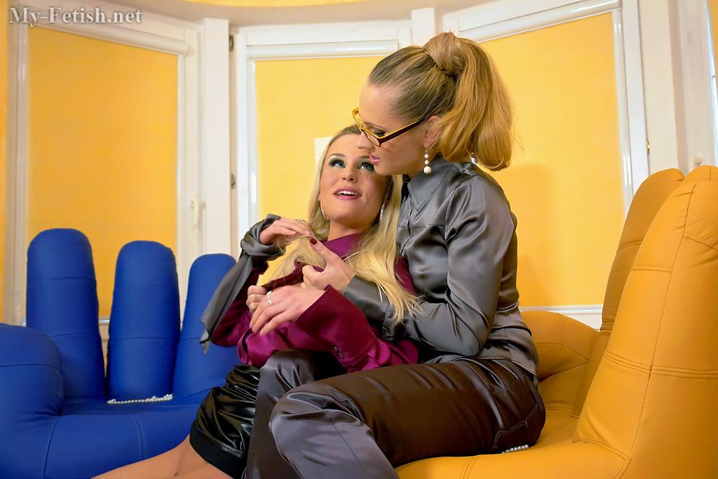 Блондинка лижет письку любовницы в сером костюме в желтой комнате