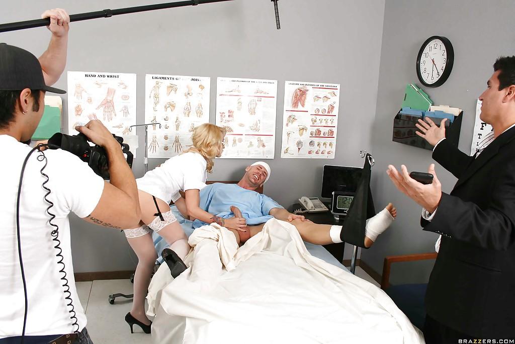 Пациент в палате порет медичку с лохматой пиздой прямо на лежанке