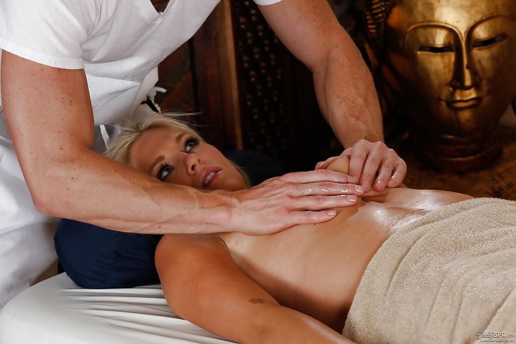 Изумительная шлюха лижет мускулистого массажиста стоя на коленях