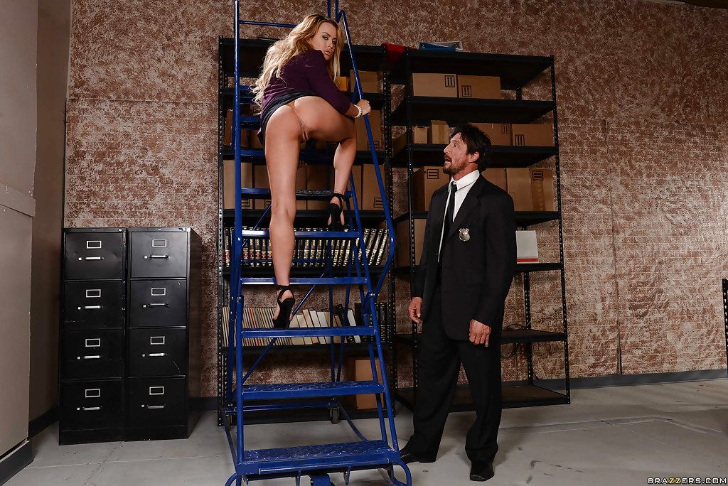 Секретарша с крупными сиськами в подсобке отсасывает коллеге