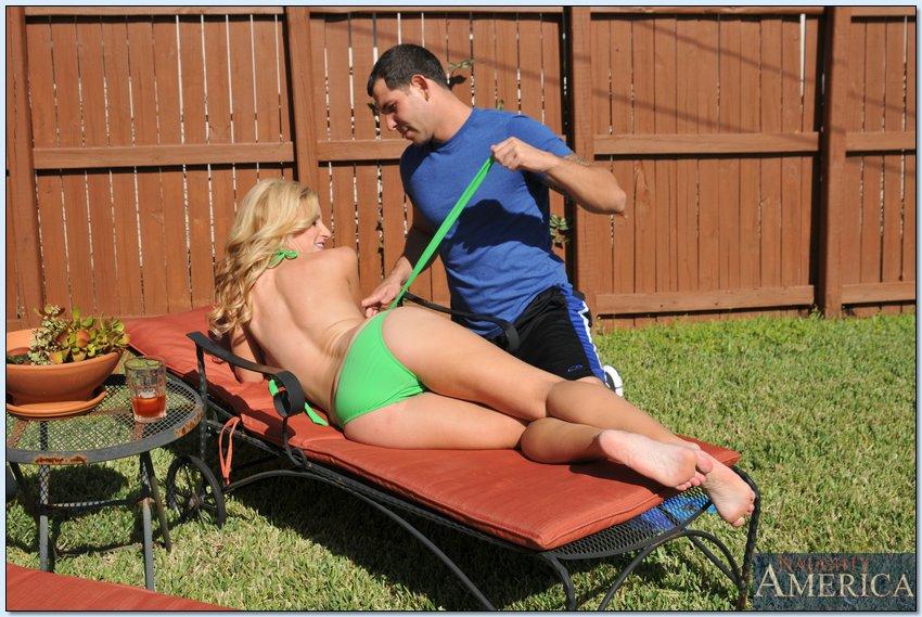 Мужчина шпилит на диване сисястую мамашу с пирсингом в киске
