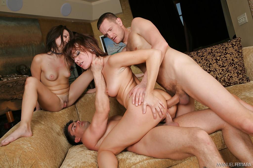 В гостиной парни долбят двоих тёлок в разные щелки смотреть эротику