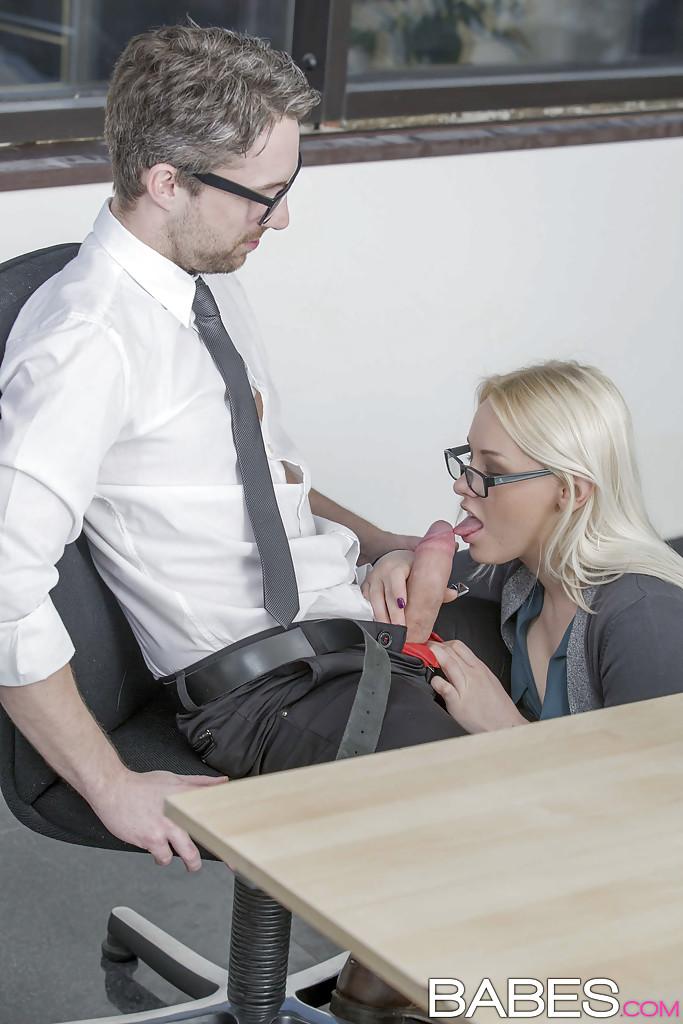 Секретарша в очках отсасывает работодателю во время перерыва