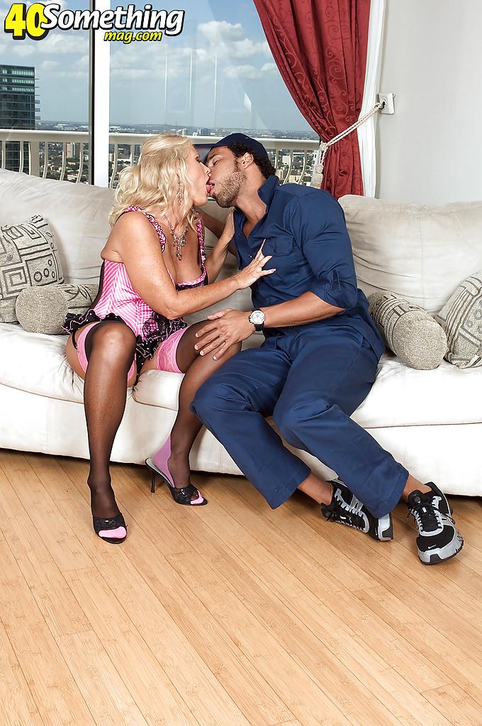 Зрелая блонда в розовом белье грешит с телемастером у себя дома