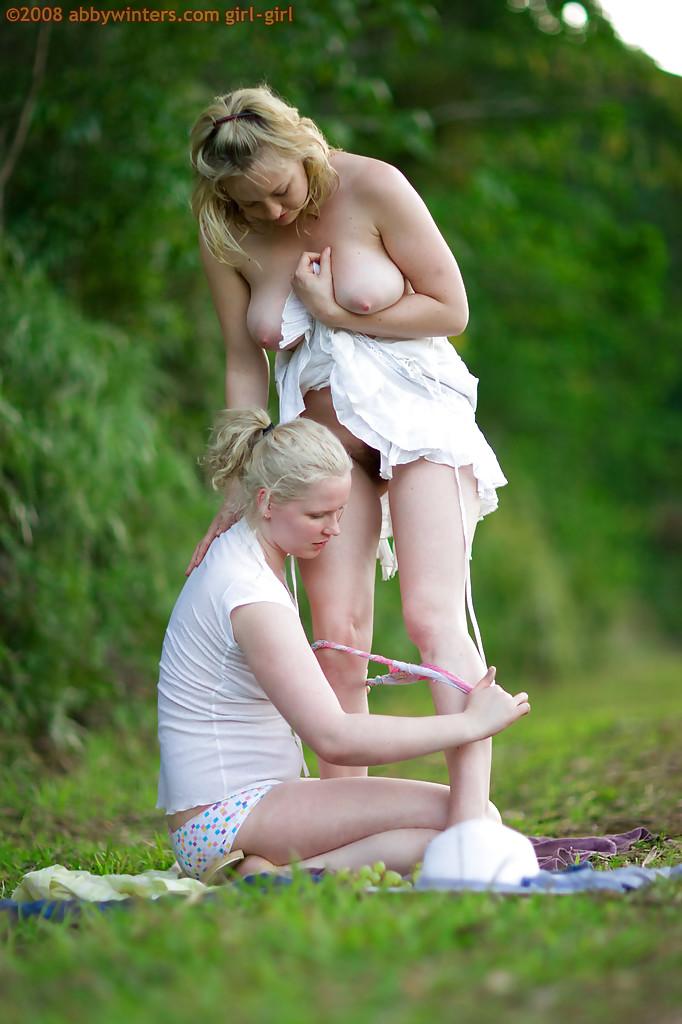 Блондинистые барышни с лишним весом в саду доставляют друг дружке удовлетворение
