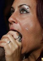 Негр в кафе дает в рот желающим пососать хер девушкам 16 фотография