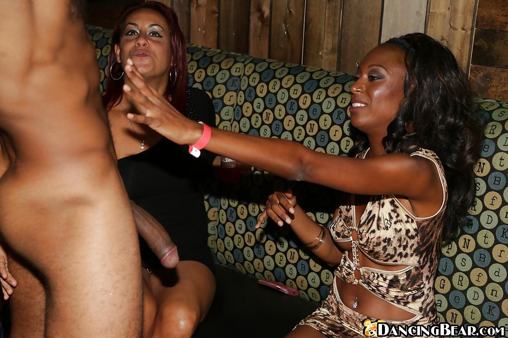 Афроамериканец в кафе дает в рот желающим пососать хуй девушкам