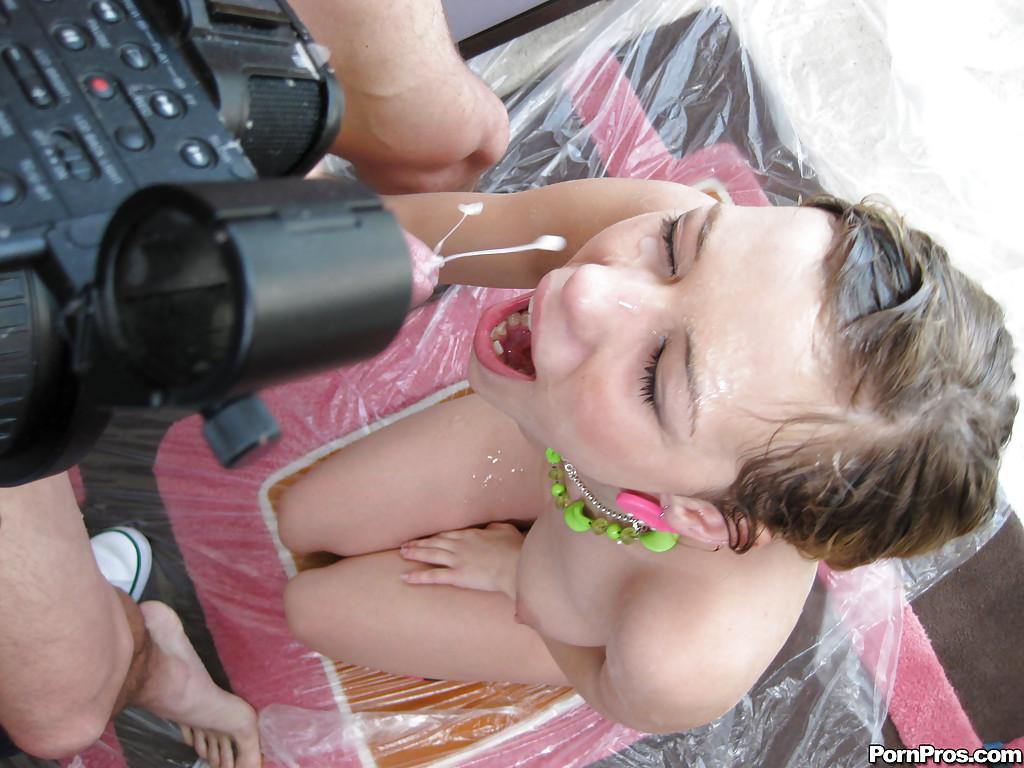 Юная девка получает обильные камшоты на различные части тела