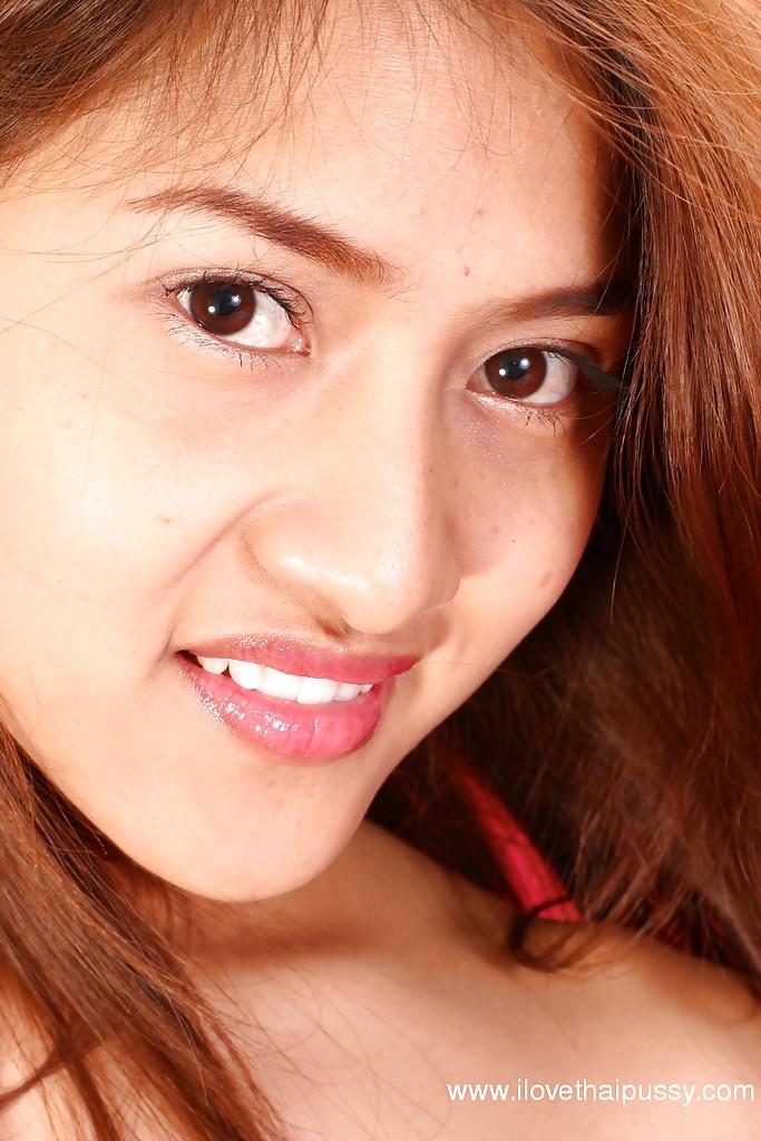 Азиатка с волосатой киской собралась мастурбировать на постели
