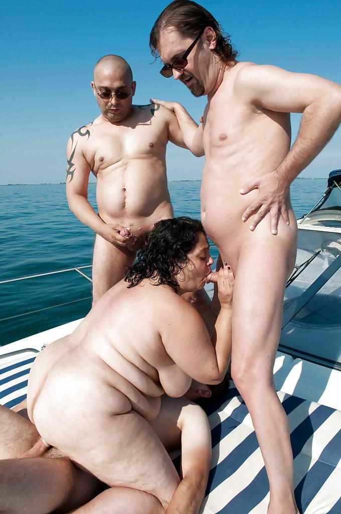 Три соседа на палубе катера ебут раздетую толстуху с обвисшими буферами