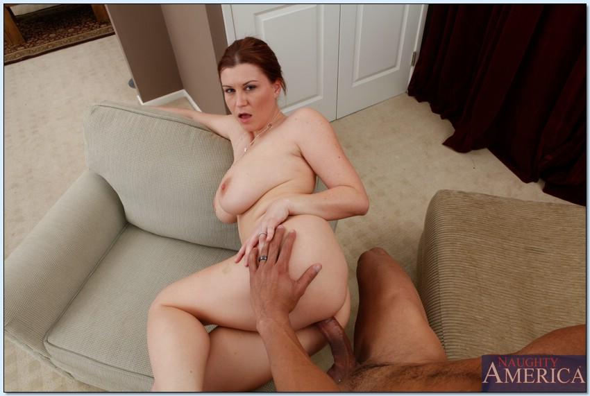 Ухажер обкончал рыжую мамочку с гигантскими буферами после интима