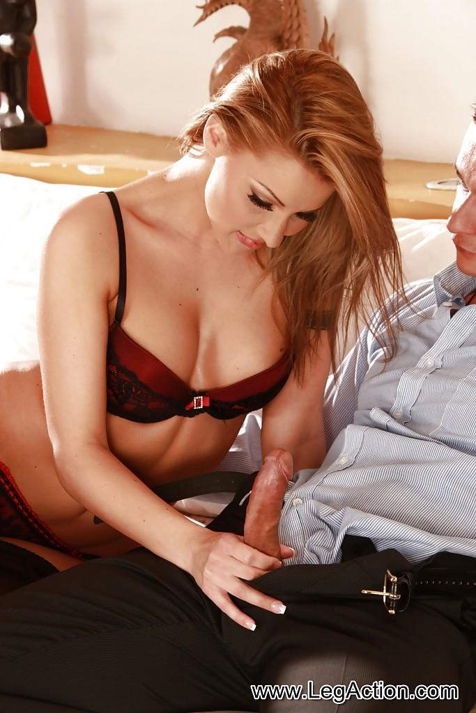 Тёлка в соблазнительным белье на диване ласкает паренька язычком секс фото