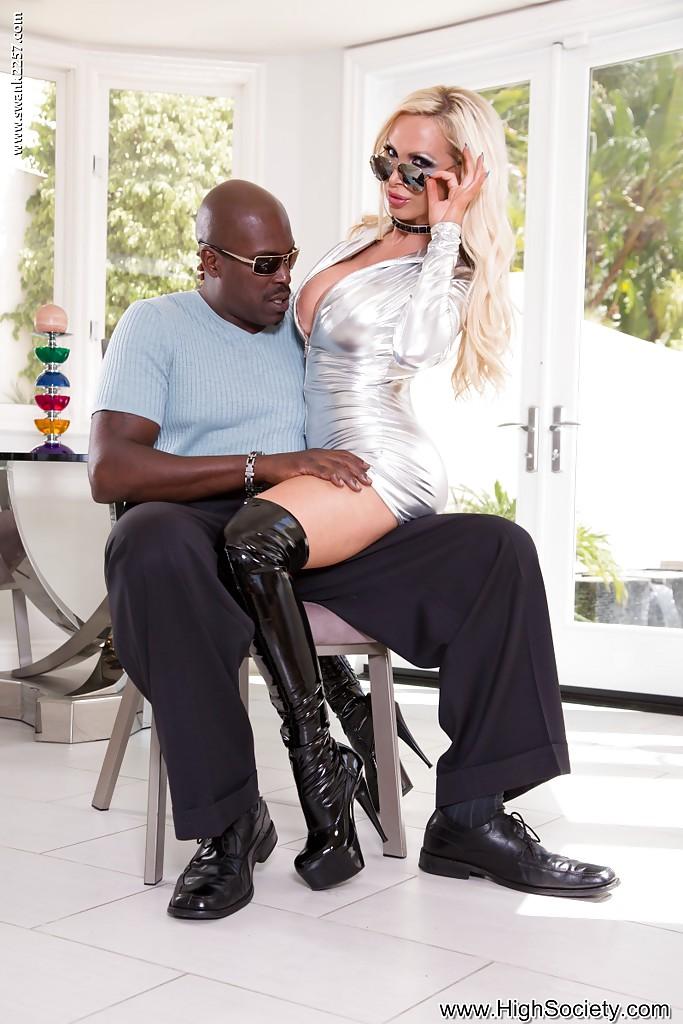 Негр пердолит блондинку в ботфортах огромным членом в особняке