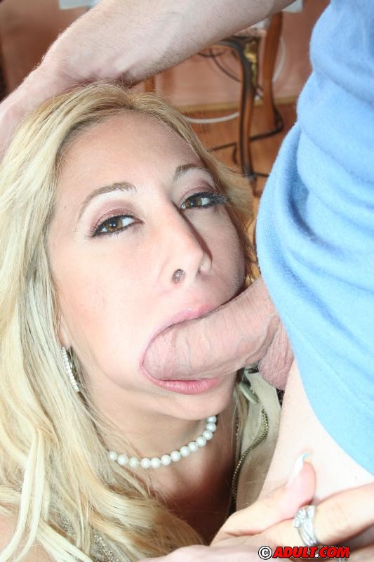 Обнаженная мамочка с порно стрижкой ебется на диване с чуваком