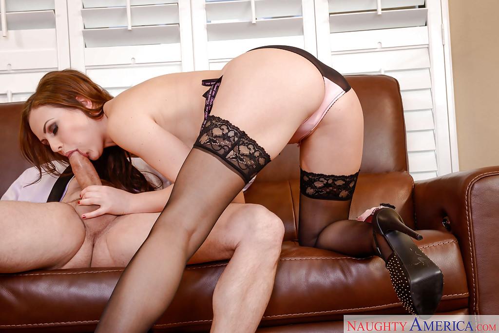 Рыжая бестия в сексуальном белье делает минет ловеласу стоя на коленях